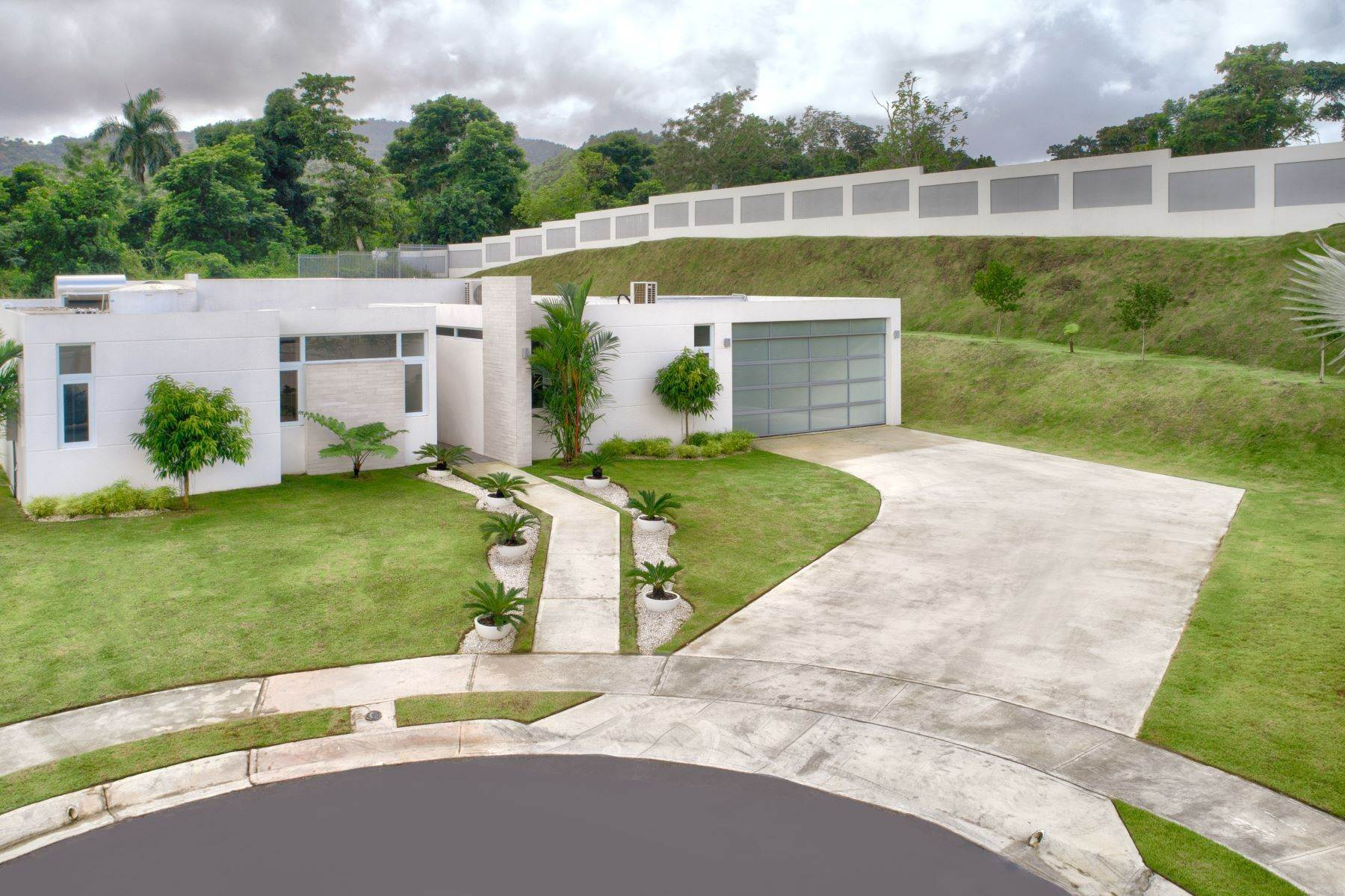Single Family Homes for Sale at 143 Bel Air, Finca Elena Guaynabo, 00969 Puerto Rico