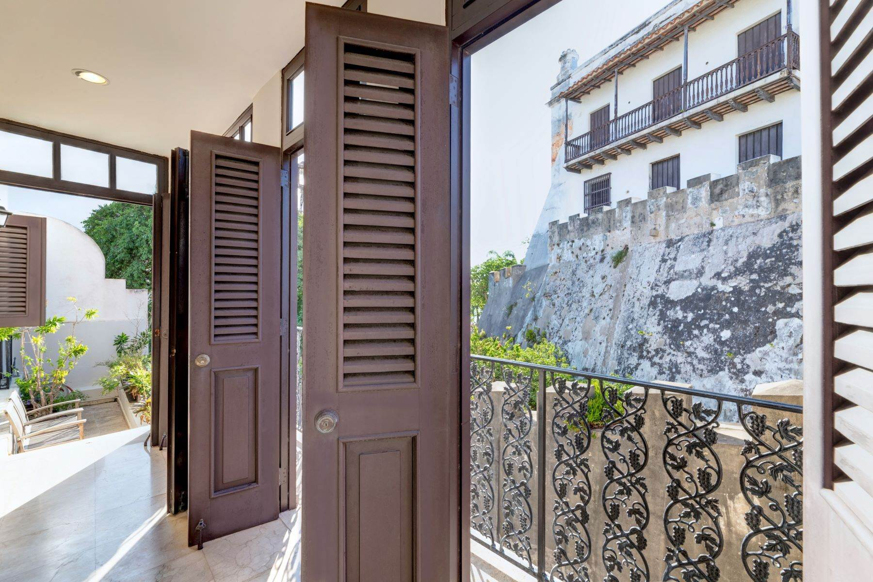 10. Single Family Homes for Sale at Splendid Old San Juan Living by the Bay 4 Sol St. Old San Juan, 00901 Puerto Rico